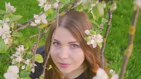 Молодая счастливая женщина идя в яблоневый сад весной цветет белизна Портрет красивейшей девушки сток-видео