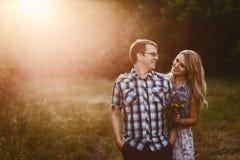 Молодая счастливая женщина обнимая человека outdoors стоковые фотографии rf