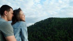 Молодая счастливая женщина усмехаясь в оружиях ее любимого акции видеоматериалы