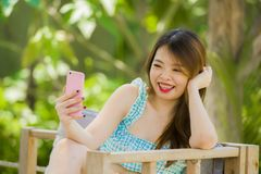 Молодая счастливая и привлекательная корейская китайская девушка на саде курорта принимая фото selfie с камерой мобильного телефо стоковые фотографии rf