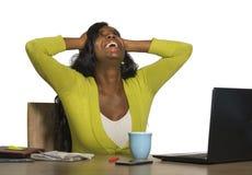 Молодая счастливая и привлекательная черная афро американская бизнес-леди усмехаясь жизнерадостная и уверенно работа на знаменито стоковые изображения