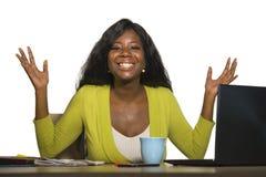 Молодая счастливая и привлекательная черная афро американская бизнес-леди усмехаясь жизнерадостная и уверенно работа на знаменито стоковое изображение