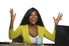 Молодая счастливая и привлекательная черная афро американская бизнес-леди усмехаясь жизнерадостная и уверенно работа на знаменито стоковые изображения rf