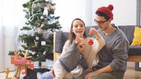 Молодая счастливая радостная семья Сын матери, отца и ребёнка одел в свитерах имея потеху около рождества и Нового Года акции видеоматериалы