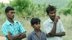 Молодая счастливая семья стоя на зеленом поле видеоматериал