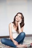 Молодая счастливая сь девушка с сотовым телефоном стоковая фотография