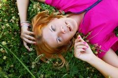 Молодая сь женщина на траве Стоковая Фотография