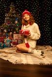 Молодая ся женщина держа красный подарок рождества Стоковая Фотография RF