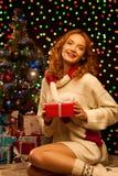 Молодая ся женщина держа красный подарок рождества стоковое изображение