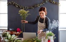 Молодая творческая женщина в цветочном магазине r стоковое фото rf