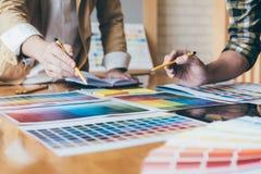 Молодая творческая команда имея встречу в творческом офисе, Archite Стоковое Фото