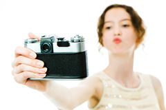 Молодая тонкая девушка принимая selfie с винтажной сетноой-аналогов камерой - поцелуй стоковое фото rf