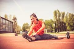 Молодая тренировка женщины спорта снаружи Стоковая Фотография