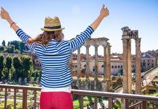 Молодая туристская женщина около римского форума в ликование Риме, Италии стоковые фотографии rf