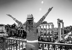 Молодая туристская женщина около римского форума в ликование Риме, Италии стоковая фотография