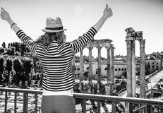 Молодая туристская женщина около римского форума в ликование Риме, Италии стоковые фото
