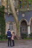 Молодая туристская пара на Vajdahunyad рокирует двор, также известный как замок Дракула стоковые изображения