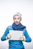 Молодая удивленная девушка с знаком на серой предпосылке Стоковое фото RF