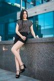 Молодая ультрамодная женщина в улице Стоковое Изображение