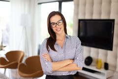 Молодая ультрамодная умная женщина представляя внутри помещения Стоковое Изображение