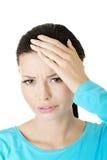 Молодая унылая женщина имеет большие проблему, нажатие или головную боль стоковое изображение rf