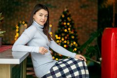 Молодая усмехаясь женщина в связанных свитере и юбке Дом концепции, комфорт, образ жизни, осень, зима, кафе стоковое фото rf