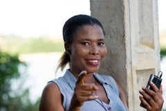 Молодая усмехаясь женщина с мобильным телефоном стоковое фото