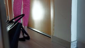 Молодая уставшая женщина приходя домой от работы видеоматериал