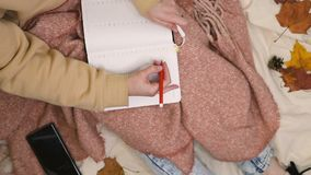 Молодая хипстерка написала в дневнике розовую платку сток-видео