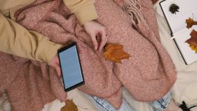 Молодая хипстерская женщина, использующая смартфон в парке видеоматериал