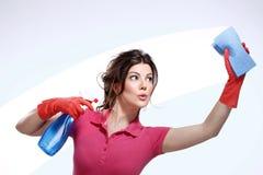 Молодая чистка домохозяйки Стоковое Фото