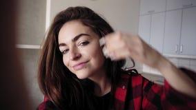 Молодая attarctive сексуальная девушка записывая видео себя Видео Selfie сток-видео