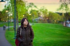 Молодая biracial женщина идя самостоятельно на парк озера на сумраке стоковое изображение rf