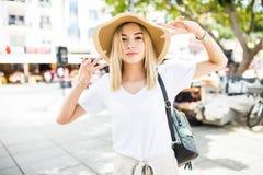 Молодая brauty женщина в шляпе лета на улицах стоковые фото