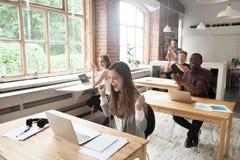 Молодая excited женщина деля успех достижения с коллегами стоковые изображения