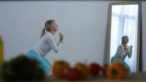 Молодая sporty белокурая женщина тренируя дома видеоматериал