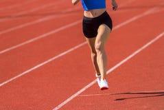 Молодая sporty женщина бежать на солнечный день стоковые изображения