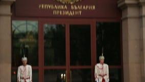 Молодецкие солдаты от входа предохранителя защищая болгарской резиденции президента сток-видео