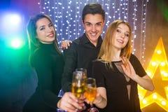 3 молодого человека и 2 женщины имеют потеху в ночном клубе Стоковые Фото