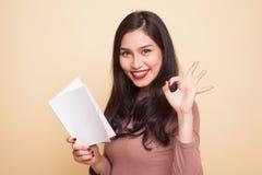 Молодое азиатское О'КЕЙ выставки женщины с книгой Стоковые Фотографии RF