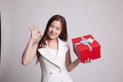 Молодое азиатское О'КЕЙ выставки женщины с подарочной коробкой Стоковое Фото