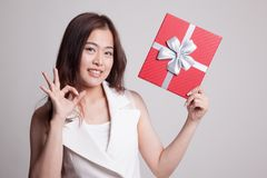 Молодое азиатское О'КЕЙ выставки женщины с подарочной коробкой Стоковая Фотография RF