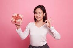Молодое азиатское О'КЕЙ выставки женщины с подарочной коробкой Стоковое Изображение