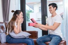 Молодое азиатское сердце валентинки пар совместно стоковые изображения rf