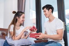 Молодое азиатское сердце валентинки пар совместно стоковые фото