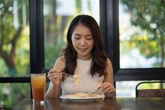 Молодое азиатское carbonara спагетти еды женщины стоковые изображения rf