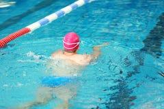 Молодое атлетическое заплывание человека в бассейне Стоковая Фотография RF