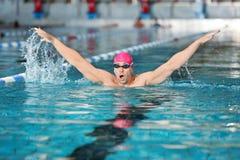 Молодое атлетическое заплывание человека Стоковое Фото