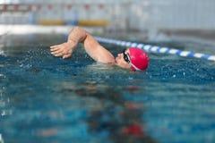 Молодое атлетическое заплывание человека Стоковые Фотографии RF