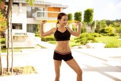 Молодое атлетическое wooman делая тренировки с эластичной резиновой лентой Фитнес Спорт стоковое изображение rf